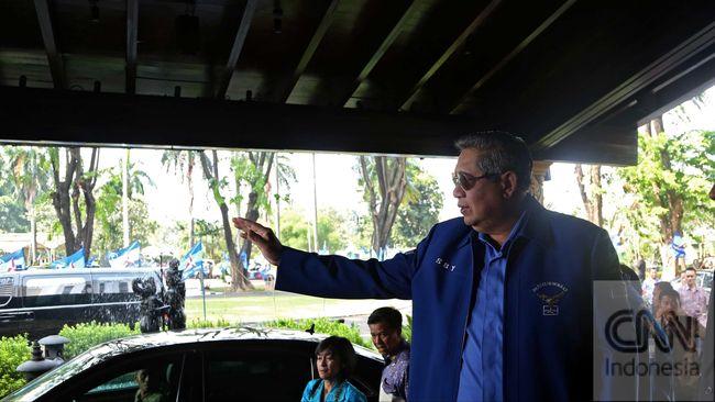 Gede Pasek Suardika menuding penggalangan dukungan terhadap SBY melalui surat bermaterai merupakan paksaan. Tuduhan itu dibantah ipar SBY, Agus Hermanto.