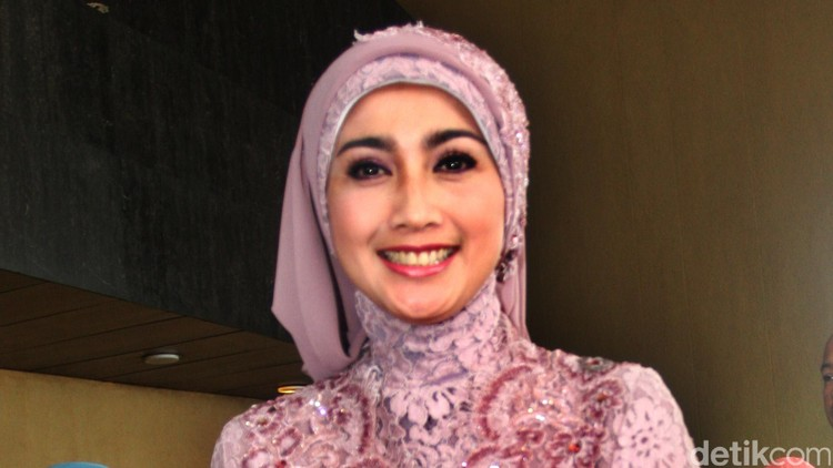 Anggota DPR Desy Ratnasari di gedung DPR, Senayan, Jakarta Selatan, Rabu (1/10/2014).