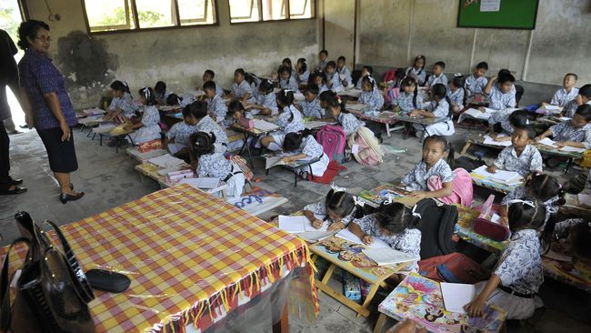Bank Dunia menilai alokasi anggaran pendidikan di Indonesia lebih banyak diperuntukkan bagi guru dibandingkan murid.