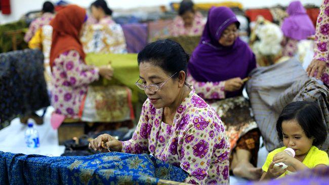 Di satu sisi, pengakuan UNESCO memberikan semangat bagi produsen batik printing. Tapi di sisi lain, membuat produksi batik tradisi terpuruk.