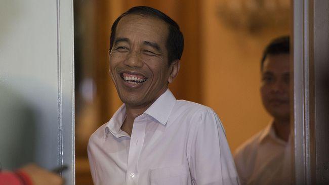 Gubernur DKI Jakarta yang juga Presiden terpilih Joko Widodo melempar senyum usai menjawab sejumlah pertanyaan wartawan di Rumah Dinas Gubernur DKI Jakarta di Jalan Taman Suropati Nomor 7, Menteng, Jakarta, Rabu (1/10) malam. Joko Widodo mengakui adanya pertemuan antara dirinya dengan Presiden Yudhoyono pada Selasa (30/9) malam yang membahas soal UU Pilkada, pemilihan pimpinan DPR dan arah koalisi partai politik yang ada di Parlemen. ANTARA FOTO/Widodo S. Jusuf/14.