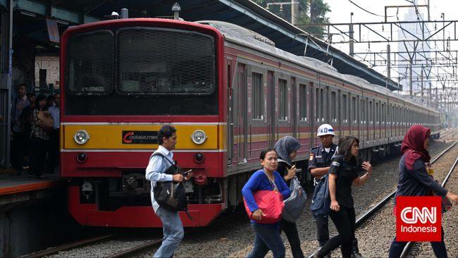 Kereta Rel Listrik (KRL) Commuter Line saat melintas di kawasan Tebet, Jakarta, Senin 06 Oktober 2014. CNN Indonesia/Adhi Wicaksono.