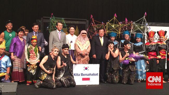 Berbeda halnya dengan Indonesia yang menonjolkan budaya tradisional, Korsel memilih menghadirkan pertunjukan non-verbal yang sangat modern.