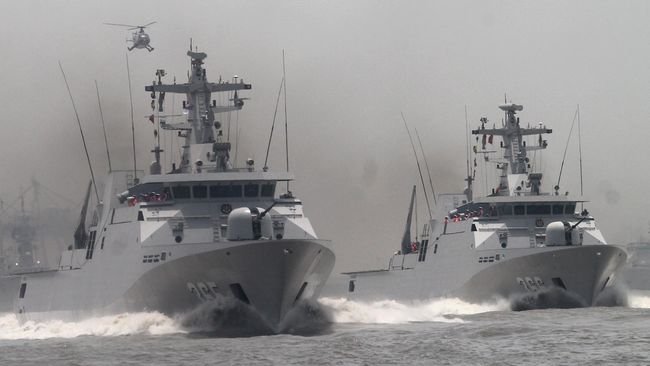 KRI Bung Tomo 357 menangkap kapal ikan berbendera Vietnam yang diduga tengah mencuri satu Ton ikan dari ZEE Indonesia.