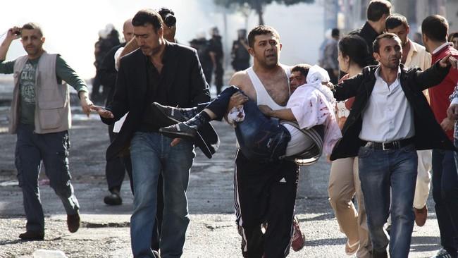 Sebanyak 21 orang tewas dan puluhan lainnya luka-luka ketika aksi protes etnis Kurdi karena pemerintah Turki tidak melindungi mereka menjadi rusuh.