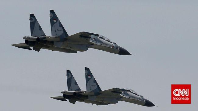 Dua Sukhoi TNI AU dari Makassar segera diterbangkan begitu terlihat ada pesawat asing tertangkap radar melintasi langit Indonesia tanpa izin siang ini.