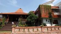 <p>Irfan Hakim membangun rumah impian keluarganya di Jaticempaka, Bekasi. Rumah bernuansa adat Jawa ini dibangun mirip Joglo, Bunda.(Foto: Detik/Rengga Sancaya)</p>