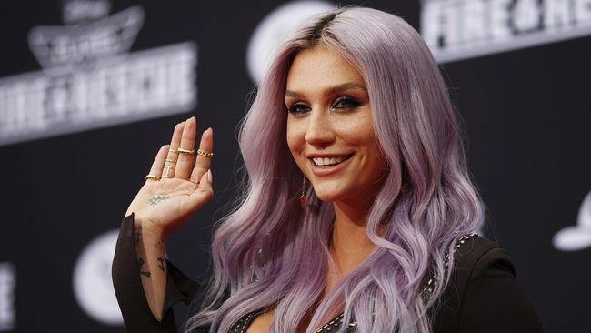 Kesha kembali dengan karya musik terbaru setelah vakum selama empat tahun. Lagu berjudul 'Praying' berkisah tentang proses menemukan jati diri dan kedamaian.