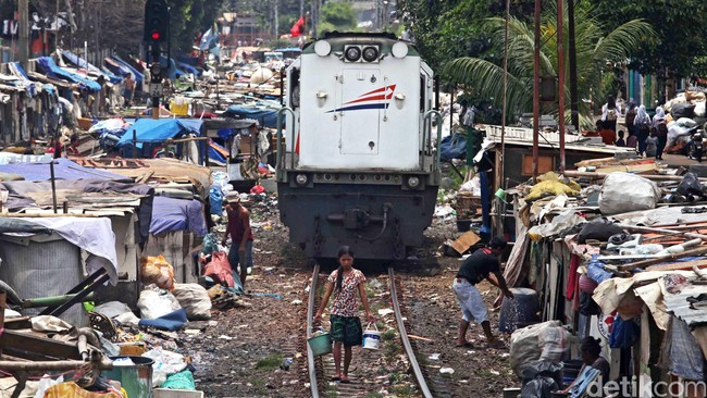 Sebanyak 28,8 juta orang masuk kategori miskin tidak terkena imbas pertumbuhan ekonomi Indonesia yang relatif stabil dalam 10 tahun terakhir.