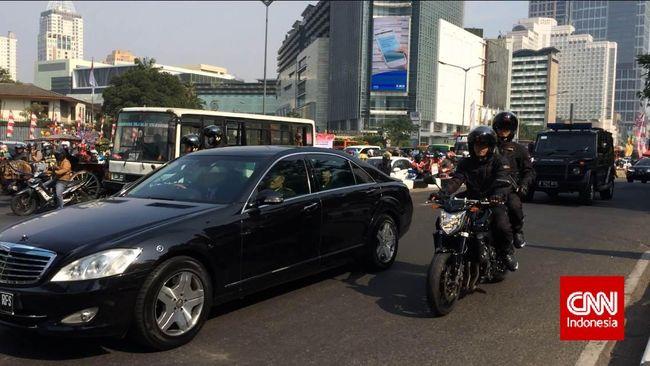 Presiden Jokowi membagian paket sembako kepada para pengemudi ojek online (ojol) di pinggir jalan kawasan Harmoni, Jakarta Pusat.