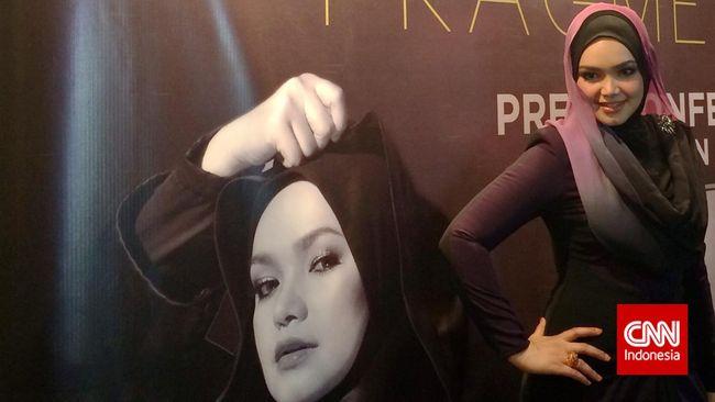Siti Nurhaliza mengabarkan telah melahirkan anak pertamanya yang berjenis kelamin perempuan di Kuala Lumpur, Senin (19/3).