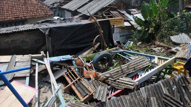 Angin puting beliung menerjang Desa Babelan Bekasi, Kabupaten Bekasi, Jawa Barat, Jumat (23/10) siang, merusak puluhan rumah di enam RT.