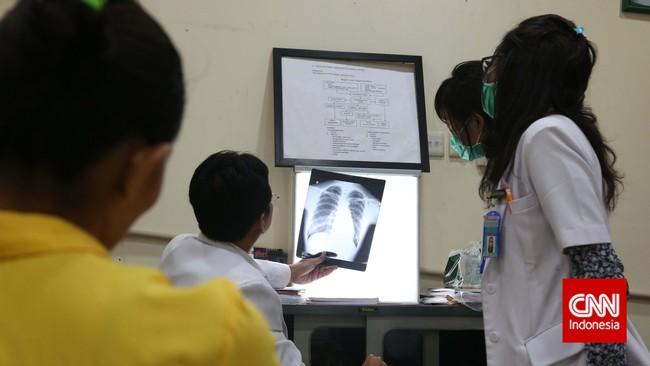 Aktivis kesehatan yang tergabung dalam BPJS Watch mengatakan persyaratan peserta program BPJS terbilang memberatkan masyarakat. (CNN Indonesia/Safir Makki)