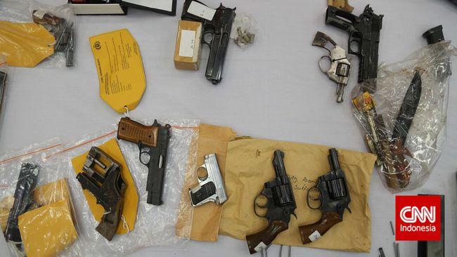 Polisi menangkap tiga tersangka kasus perdagangan senjata api ilegal buatan pabrik dari Filipina yang masuk Papua dan Papua Barat.