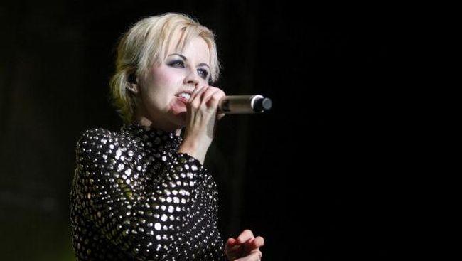Vokalis grup musik Cranberries Dolores O'Riordan setelah menyerang pramugari dan polisi pada penerbangan dari New York menuju Shannon, Irlandia.