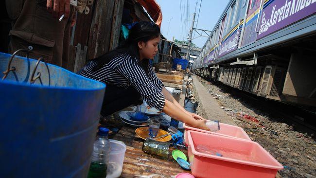 Sejumlah pengamat menilai angka kemiskinan di Indonesia akan semakin sulit diturunkan dalam beberapa waktu ke depan.