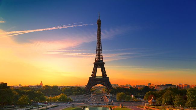 Tak ingin melewatkan banjir turis, perusahaan wisata HomeAway menawarkan promo unik, menginap di menara Eiffel.