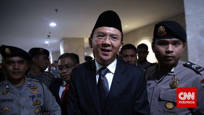 Gubernur Jakarta membeberkan contoh kejanggalan anggaran yang ia temukan di draf awal APBD. Soal APBD ini membuat Ahok berhadapan dengan DPRD.