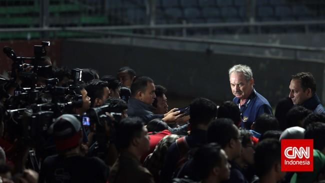 Selama melatih Timnas Indonesia, pelatih Alfred Riedl memberikan banyak kenangan. Selain kepada Skuad Garuda, Riedl juga memberikan memori kepada awak media.