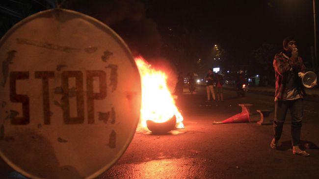 Aksi demo membakar ban diduga sebagai protes operasional truk material siang dan malam terjadi di Pagedangan, Kabupaten Tangerang, Sabtu (25/9).