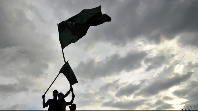 Pengunjukrasa yang tergabung dalam Himpunan Mahasiswa Islam (HMI) Makassar, berunjukrasa di Makassar, Sulawesi Selatan, Jumat (21/11). Mereka menolak kebijakan pemerintah menaikan harga BBM. ANTARA FOTO/Yusran Uccang/ss/pd/14