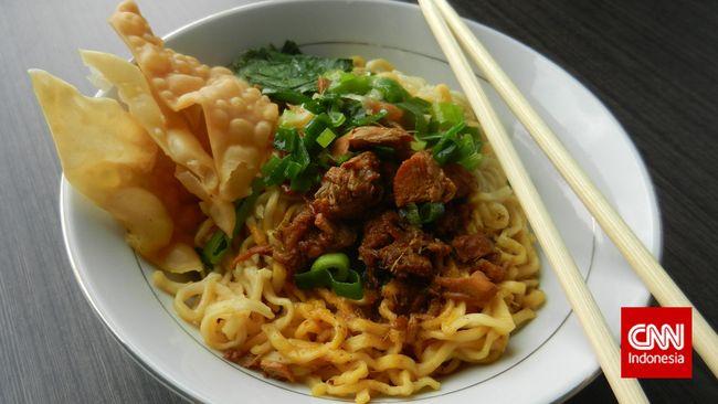 Pernahkah Anda mencari tahu dari mana asal-usul mi ayam dan di manakah daerah penghasil mi ayam paling enak se-Indonesia?