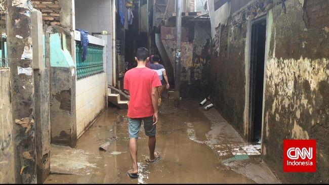 Aktivis peduli Kali Ciliwung menilai relokasi warga bukan solusi tepat untuk atasi persoalan banjir di Jakarta. Relokasi hanya akan berimbas ke ekonomi warga.