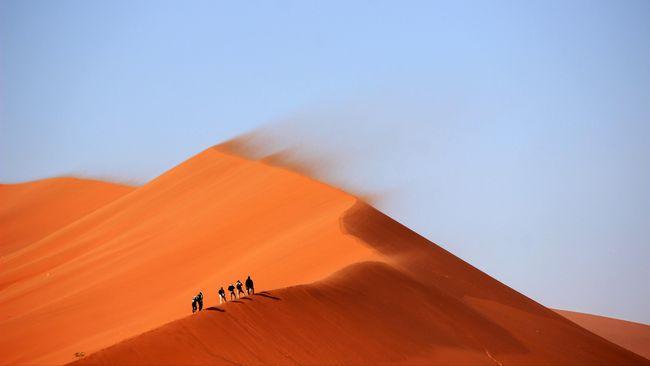 Petugas menemukan mayat dua wanita dan empat anak-anak di Gurun Sahara. Keenamnya diduga tewas karena kehausan.
