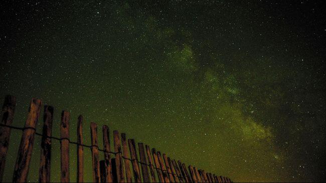 Langit di Izmir, Turki tiba-tiba berwarna hijau usai benda jatuh dan meledak. Kejadian itu terjadi beberapa detik dan mengagetkan warga yang melihatnya.