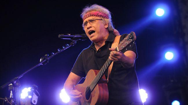 Empat puluh lima tahun berlalu sudah sejak Iwan Fals memulai langkah kariernya sebagai musisi, meninggalkan jejak kritik dan cinta dalam tiap gita ciptaannya.