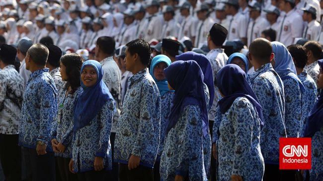 Sejumlah guru dan Staf kementerian mengikuti upacara peringatan Hari Guru Nasional di Kemenbuddikdasmen, Jakarta, Selasa 25 November 2014. Peringatan Hari Guru yang jatuh pada Tanggal 25 November ini mengusung tema