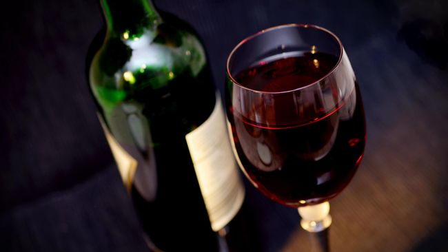 Selain kasur yang bersih, pencahayaan yang tidak terlalu terang atau dibuat gelap, Anda pun perlu menghindari minuman tertentu.