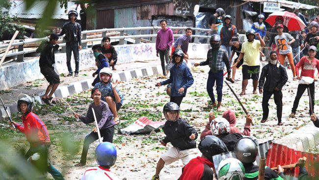 Kapolres Jakarta Selatan Kombes Pol Azis Andriansyah menduga bahwa tawuran di Manggarai, Jaksel dipicu aksi saling lempar air kencing antar warga.