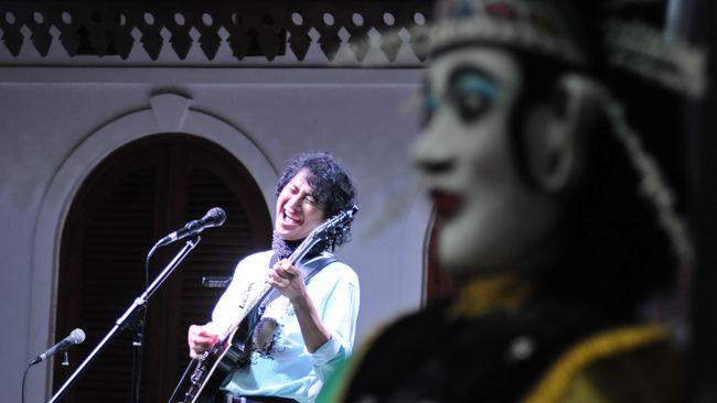 Karena pendatang semakin merangsek ke Jakarta, pemerintah menggagas sebuah tempat pelestari budaya Betawi yang makin terpinggirkan: Setu Babakan.