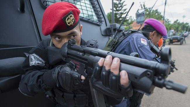 Minggu malam, lima personel Kopassus terlibat bentrok dengan anggota TNI AU yang berujung pada tewasnya Sersan Mayor Zulkifli dari TNI AU.