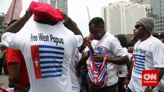Saat diperiksa di Bandara Manokwari, Ketua DPD Perindo Kota Sorong Sayang Mandabayan kedapatan membawa 1.500 bendera kecil Bintang Kejora dalam kopernya.