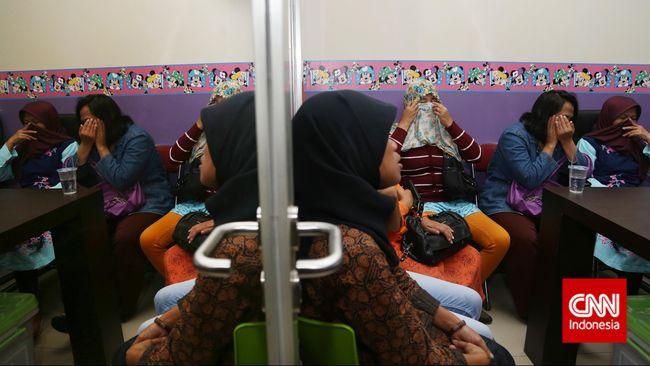 Sebanyak sebelas perempuan WNI yang bekerja di restoran di Malaysia disekap majikan dan menerima upah minim.