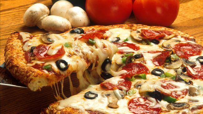 Dokumen dari masa 997 Masehi menyatakan, 12 pizza harus diberikan kepada uskup setempat pada Hari Natal dan Paskah.