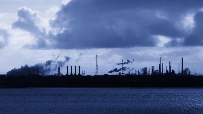 Warga mengeluhkan asap tebal dan bau busuk dari pabrik smelter PT CORII yang mengganggu aktivitas keseharian. Pabrik hanya berjarak 200 meter dari permukiman.