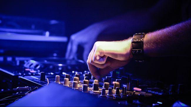 Tahun ini ndustri Electric Dance Music (EDM) meraup pendapatan $ 6,2 milyar dari seluruh penjuru dunia, ibarat banjir kekayaan bagi para DJ.