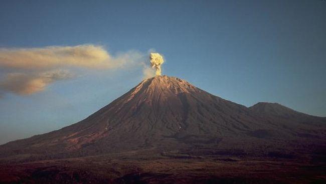 Gunung Semeru mengeluarkan lava pijar sebanyak empat kali. Warga diimbau tidak beraktivitas di sekitar lokasi.