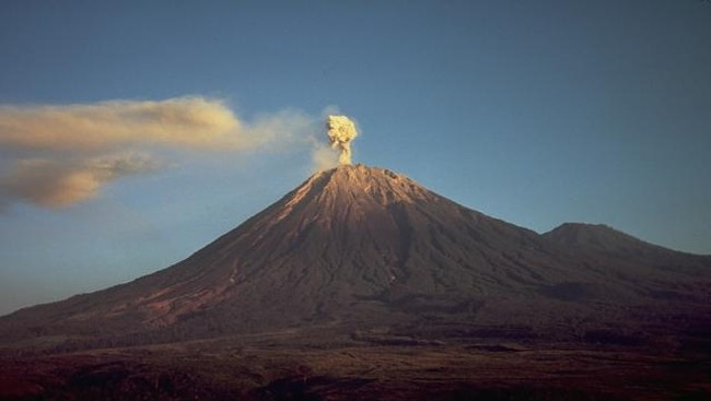 Gunung Semeru Keluarkan Lava Pijar, Status Waspada
