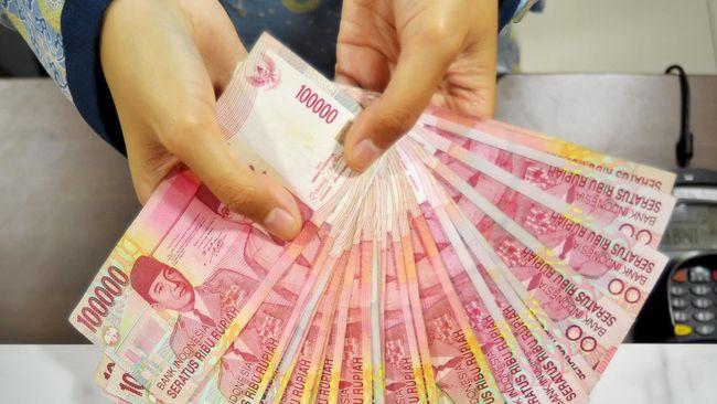 Penurunan nilai tukar rupiah terhadap uang dolar AS ini menjadikan #RupiahAmbyar trending topic di Twitter.