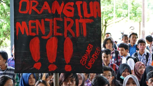 Sejumlah mahasiswa melakukan demonstrasi menolak kebijakan Uang Kuliah Tunggal (UKT), di Universitas Jendral Soedirman (Unsoed) Purwokerto, Banyumas, Jateng, Rabu (17/12). Sejumlah mahasiswa terluka akibat terkena pecahan kaca saat terjadi bentrok, dengan keamanan kampus. Mahasiswa menolak kebijakan UKT yang dinilai memberatkan, dan mengeluhkan masih terjadinya praktek pungutan diluar UKT. ANTARAFOTO/Idhad Zakaria/ed/nz/14.