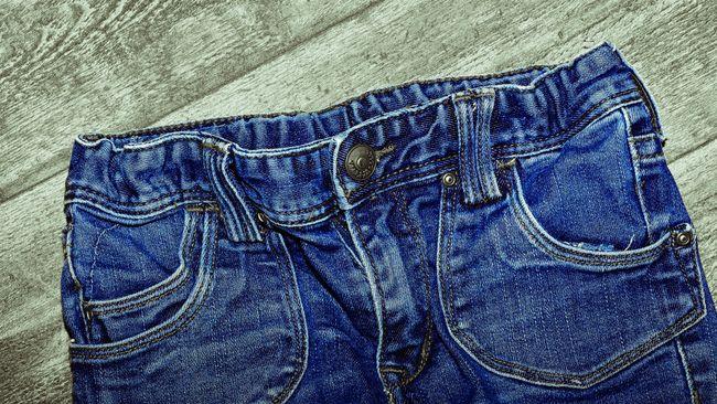 Media sosial tengah ramai dengan kehadiran celana jeans dengan noda atau efek ngompol di bagian tengahnya. Celana dijual seharga Rp1,07 juta.