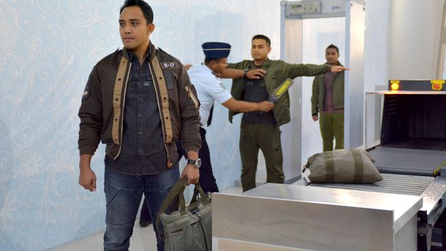 AP I meningkatkan pengamanan bandara usai bom mengguncang Makassar pada Minggu (28/3) dengan mempeketat pemeriksaan kendaraan dan melakukan patroli gabungan.