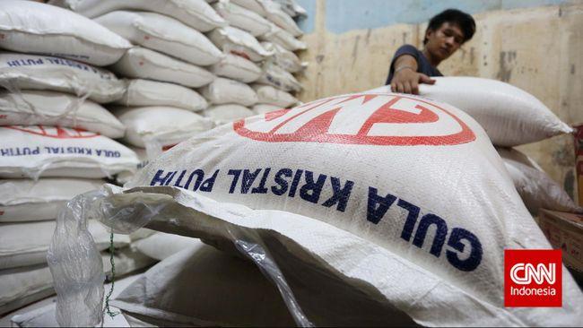 Pemerintah mengambil kebijakan impor untuk menekan harga gula di pasaran yang menyentuh Rp18 ribu per Kg.