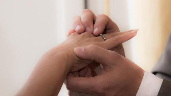 Alami Covid-19 Gejala Berat, Sepasang Kekasih Menikah di RS