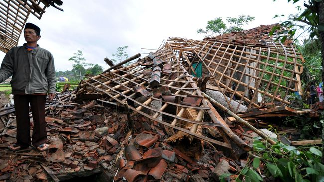 Hujan deras yang disertai puting beliung di Sleman dan Jember menyebabkan dua orang tewas, 10 orang luka-luka, 292 rumah rusak, dan puluhan pohon tumbang.
