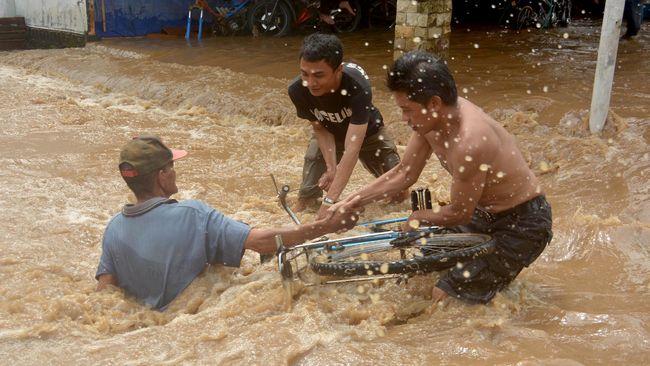 BPBD Jawa Timur kerahkan Tim Reaksi Cepat guna evakuasi warga terdampak banjir di Jember, Jawa Timur.
